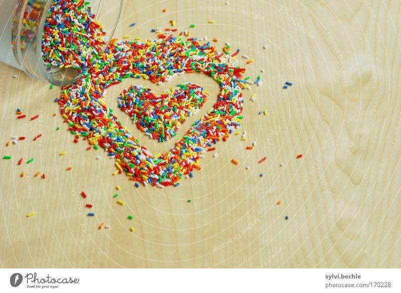 Backen ist Liebe Lebensmittel Süßwaren Ernährung Tisch Dose Holz Glas lecker süß Streusel Maserung ausleeren Herz herzförmig liegen Krümel lustig Backwaren