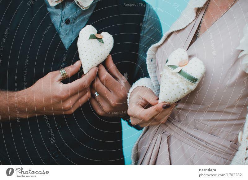 zwei handgefertigte Herzen Valentinstag Hochzeit Frau Erwachsene Mann Familie & Verwandtschaft Paar Partner 2 Mensch Zeichen Liebe herzförmig Handwerk