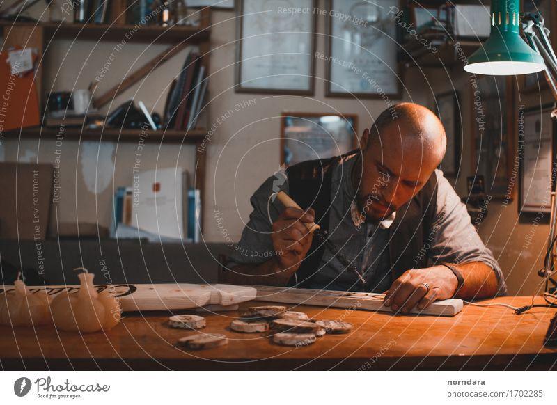 Arbeitender Künstler Jugendliche Mann Hand 18-30 Jahre Erwachsene Kunst Design Freizeit & Hobby Bart Handwerk Werkstatt Skulptur Arbeitsplatz Kunstwerk Glatze