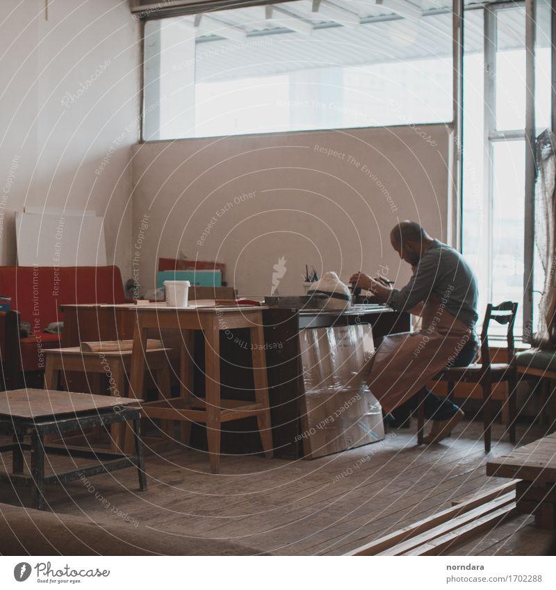 Bildhauer Mensch Mann Fenster Erwachsene Kunst Freizeit & Hobby Körper Tisch Stuhl zeichnen machen Arbeitsplatz Künstler Basteln Dachboden Handarbeit