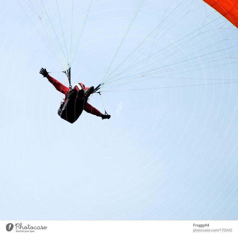 Ich bin dann mal oben! Farbfoto Außenaufnahme Luftaufnahme Textfreiraum unten Tag Licht Froschperspektive Blick nach oben maskulin Mann Erwachsene Himmel