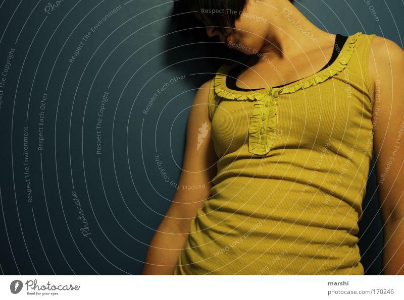allein. Farbfoto Textfreiraum links Oberkörper Stil Freizeit & Hobby Mensch feminin Junge Frau Jugendliche Erwachsene Haare & Frisuren 1 stehen Gefühle Stimmung