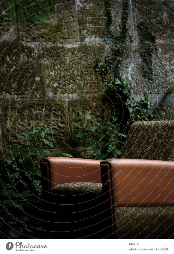 Sitz! Farbfoto Gedeckte Farben Außenaufnahme Menschenleer Textfreiraum oben Tag Dämmerung Zentralperspektive Umzug (Wohnungswechsel) Möbel Sessel Bauwerk Mauer