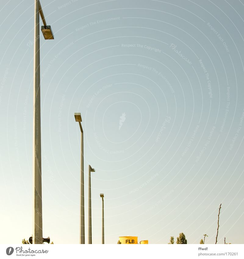 [PC-Usertreff Ffm]: FLB Farbfoto Außenaufnahme Textfreiraum rechts Tag Zentralperspektive Industrie Himmel Wolkenloser Himmel Baum Sträucher Lampe Laterne