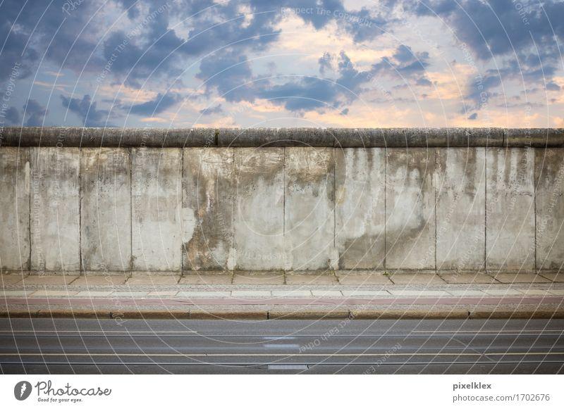 Berliner Mauer Himmel Stadt alt Straße Wand grau Freiheit Stein dreckig hoch Beton bedrohlich kaputt historisch