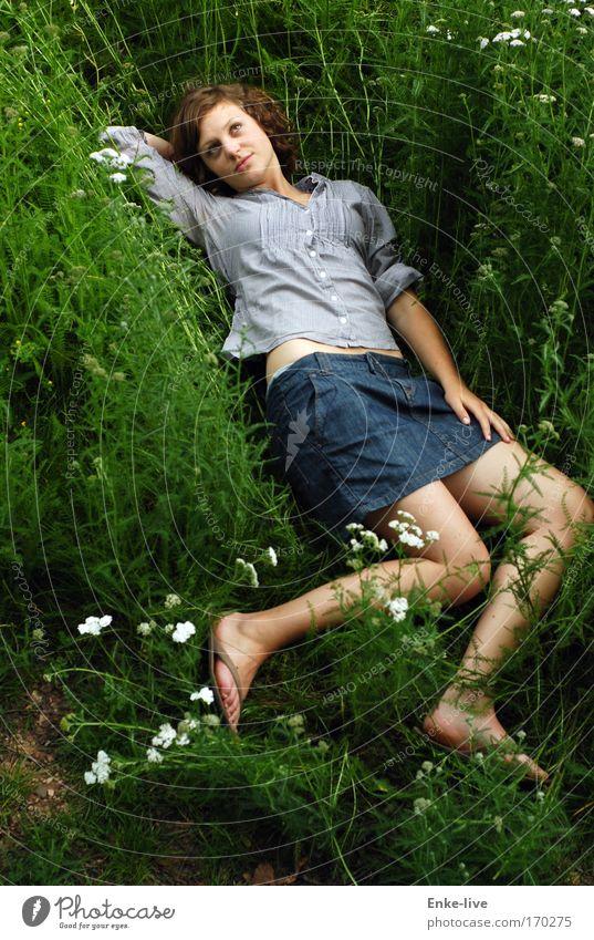 weich-gelandet Natur Jugendliche Pflanze Sommer Wiese Freiheit Glück Traurigkeit Denken träumen warten liegen ästhetisch authentisch außergewöhnlich