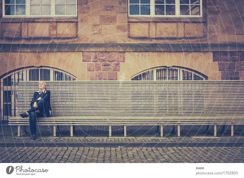 Das Warten hat sich gelohnt ... Stadt Erholung Einsamkeit Architektur Gebäude Denken Stadtleben nachdenklich sitzen warten Platz einzeln Pause Bauwerk Bank