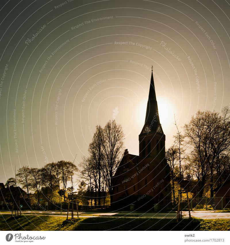 Richtung zeigen Wolkenloser Himmel Klima Schönes Wetter Wärme Baum Gras Bernsdorf Sachsen Deutschland Kleinstadt Haus Kirche Bauwerk Gebäude Architektur