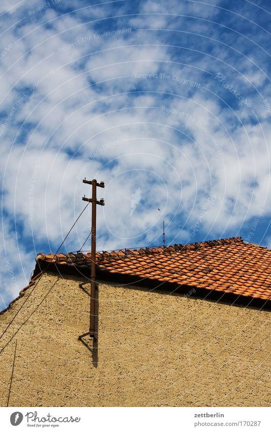 Unklare Perspektive Himmel alt Sommer Wolken Haus Wand Gebäude Kommunizieren Telekommunikation Dach Verfall Backstein Tradition Putz Antenne Dachziegel