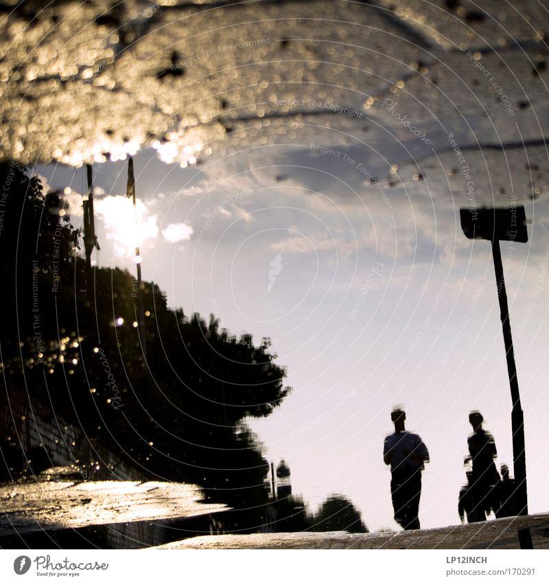 [HH 09.4/3] Pfützenjogger Farbfoto Außenaufnahme Nahaufnahme Textfreiraum Mitte Dämmerung Reflexion & Spiegelung Unschärfe Schwache Tiefenschärfe