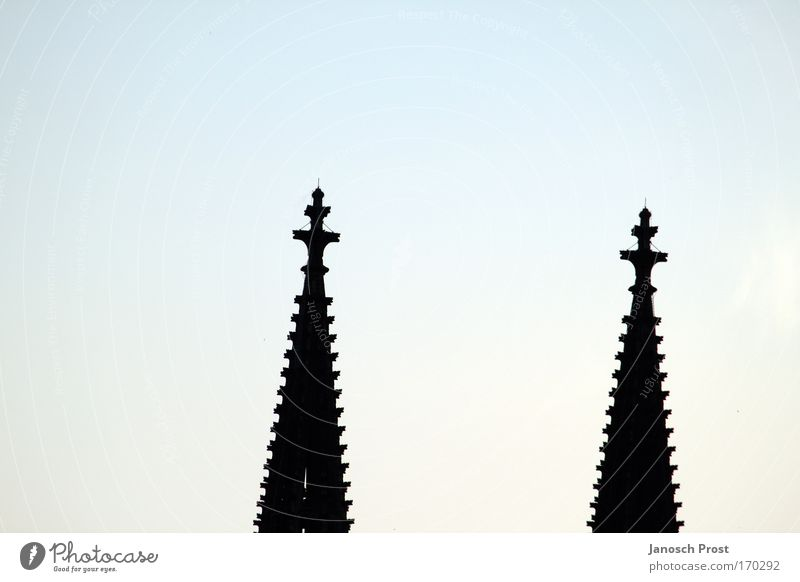 Domspitzen Himmel Architektur Religion & Glaube Deutschland Kirche Europa Bauwerk Kreuz Glaube Köln Wahrzeichen Dom Sehenswürdigkeit Sightseeing Blauer Himmel