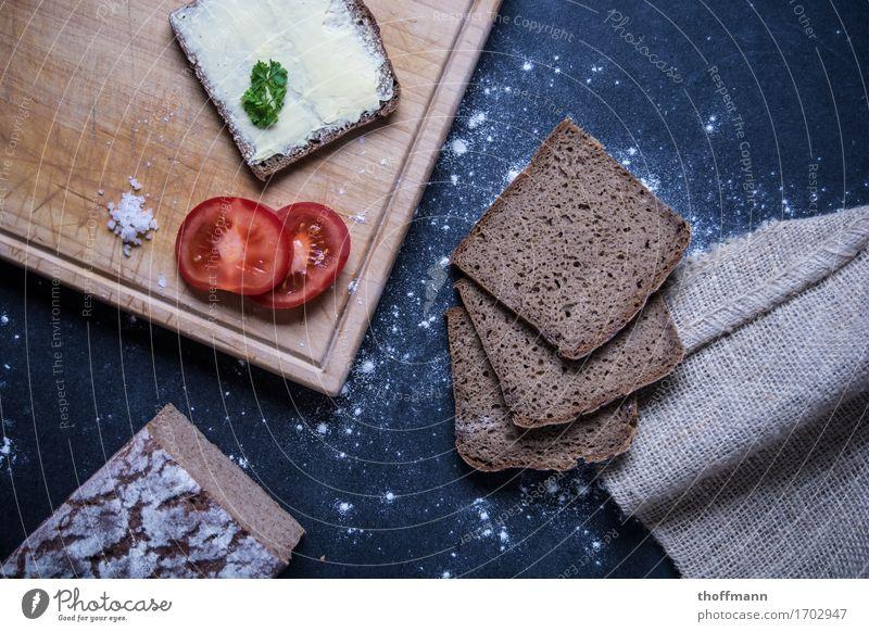 Brotzeit genießen Belegtes Brot Bütterken Vesper Kräuter & Gewürze Mehl Buttermesser Messer Schneidebrett Holz Holzbrett Untergrund dunkel Studioaufnahme