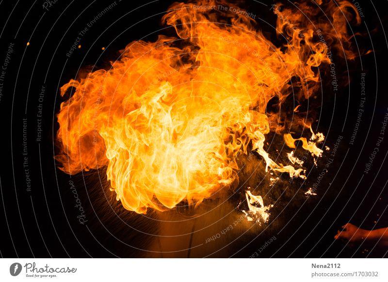 Feuergeist heiß Feuerwehr Feuerschlucker Flamme Straßenkunst brennen Brand Außenaufnahme Nahaufnahme Detailaufnahme Menschenleer Textfreiraum links