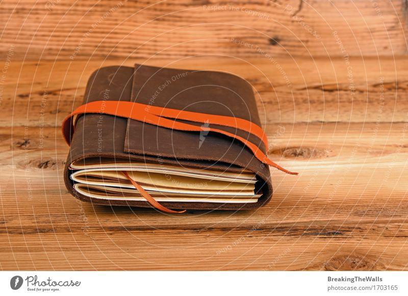 b ttenpapier tagebuch in braunem ledereinband auf altem vintage holz ein lizenzfreies stock. Black Bedroom Furniture Sets. Home Design Ideas