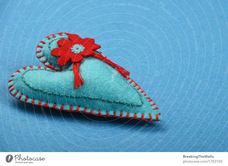 Handgemachtes aquamarines genähtes Spielzeugherz mit roter Blume auf blauem Filz Lifestyle Design Freizeit & Hobby Basteln Handarbeit Valentinstag Muttertag