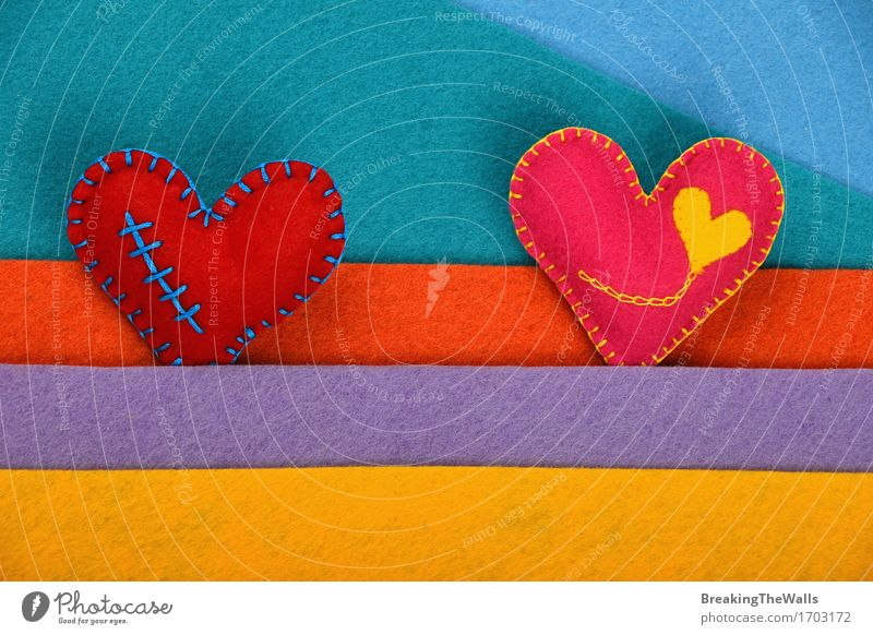 Zwei handgemachte Spielzeugherzen, rosa und rot auf bunten Filzstreifen Freizeit & Hobby Basteln Handarbeit Valentinstag Hochzeit Kunst Kunstwerk Herz Streifen
