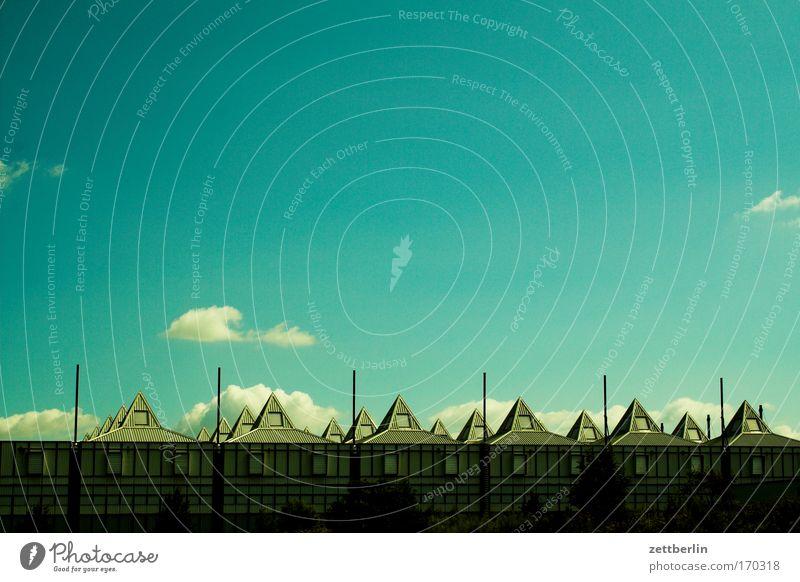 Hallendach Himmel Himmel (Jenseits) Wolken Architektur Gebäude Textfreiraum Spitze Industrie Dach Industriefotografie Fabrik Lagerhalle Halle Werk Pyramide Pyramiden