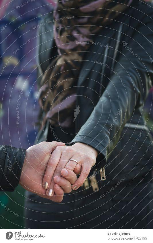 Verlobung Mensch Junge Frau Jugendliche Erwachsene Paar Partner 18-30 Jahre 30-45 Jahre violett Frühlingsgefühle Vorfreude Vertrauen Geborgenheit Einigkeit
