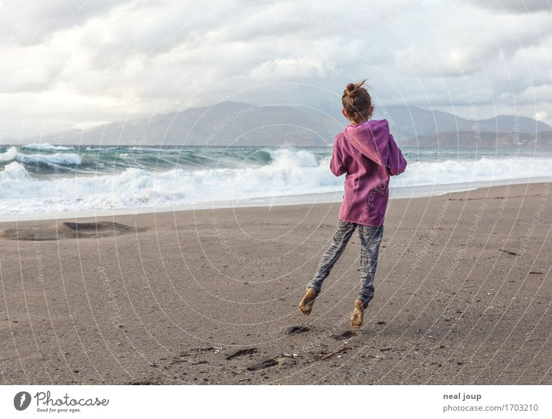 Mein Strand feminin Kind Kindheit 1 Mensch 3-8 Jahre Wellen Küste Kreta Sand Wasser fliegen Spielen träumen Fröhlichkeit Freude Lebensfreude Freiheit Stimmung