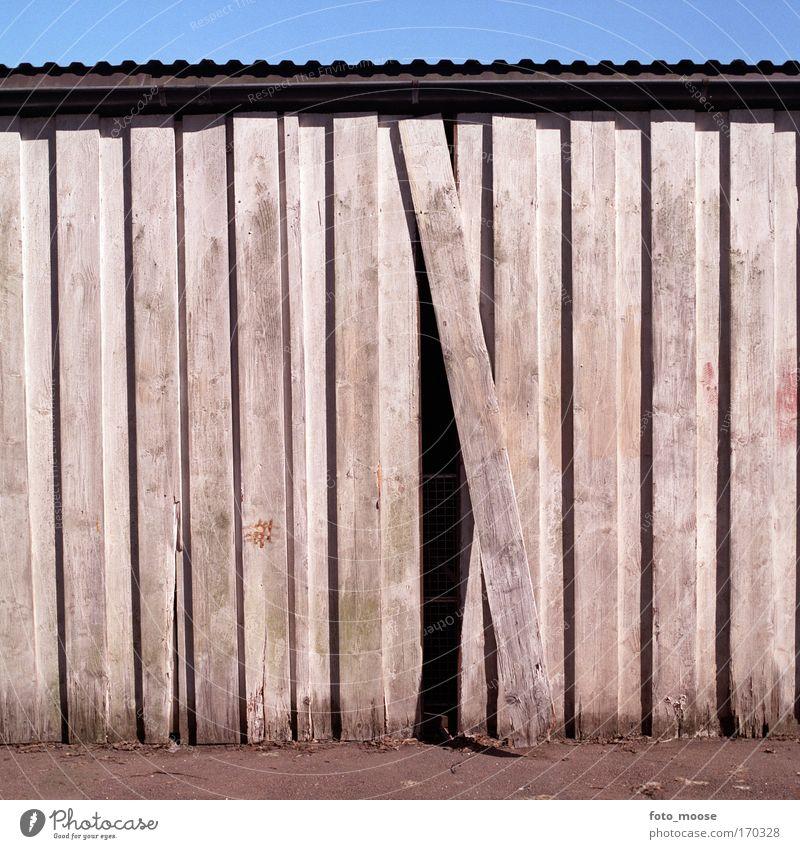 Eine außerhalb des Platzes Farbfoto Außenaufnahme Menschenleer Tag Schatten Zentralperspektive heimwerken Renovieren Parkhaus Bauwerk Gebäude Mauer Wand Holz