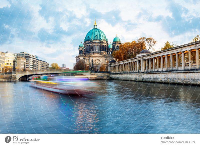 Boot auf der Spree Ferien & Urlaub & Reisen Tourismus Ausflug Sightseeing Städtereise Wasser Wolken Flussufer Berlin Deutschland Stadt Hauptstadt Stadtzentrum