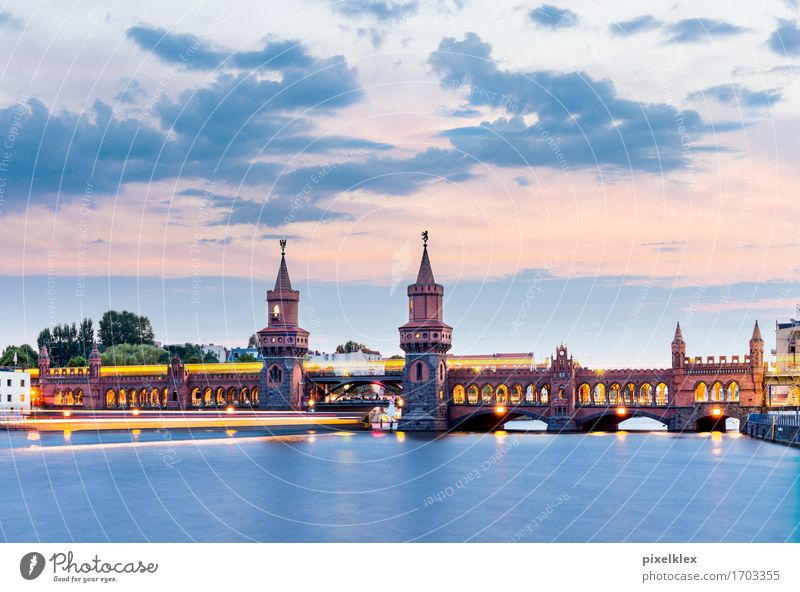 Oberbaumbrücke mit U-Bahn und Boot bei Nacht Ferien & Urlaub & Reisen Tourismus Sightseeing Städtereise Wasser Wolken Sonnenaufgang Sonnenuntergang Fluss Spree