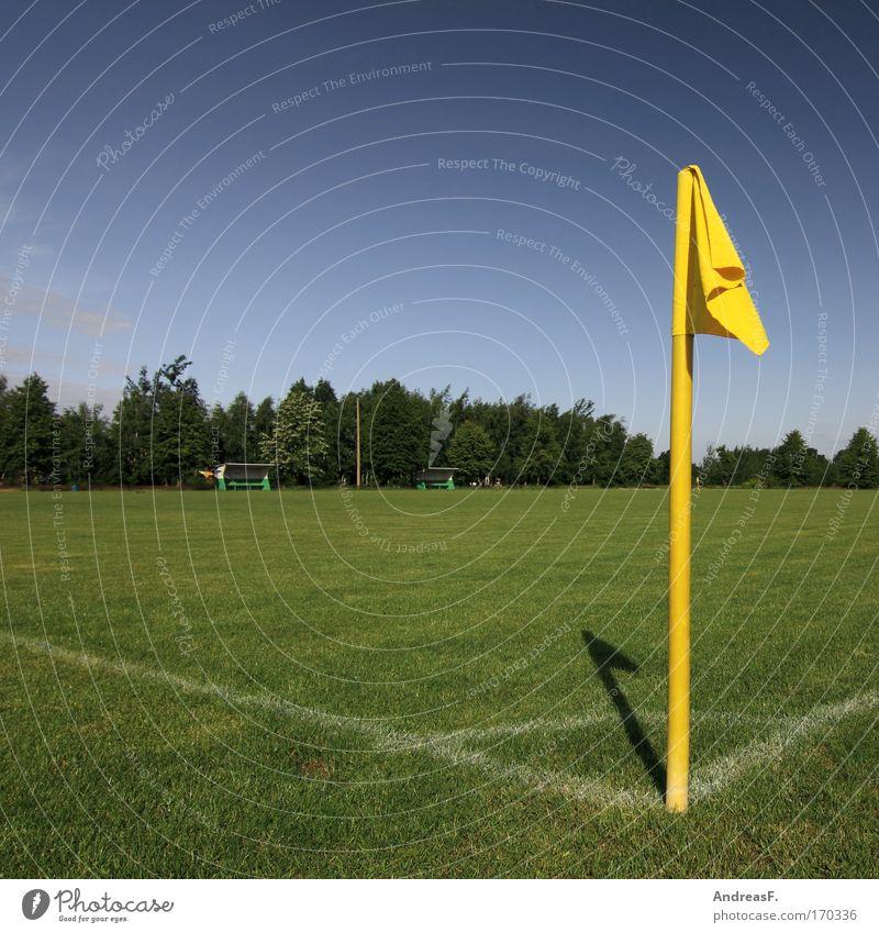 Eckfahne Farbfoto Außenaufnahme Menschenleer Textfreiraum links Textfreiraum oben Tag Sonnenlicht Freizeit & Hobby Sport Ballsport Schiedsrichter Fußball