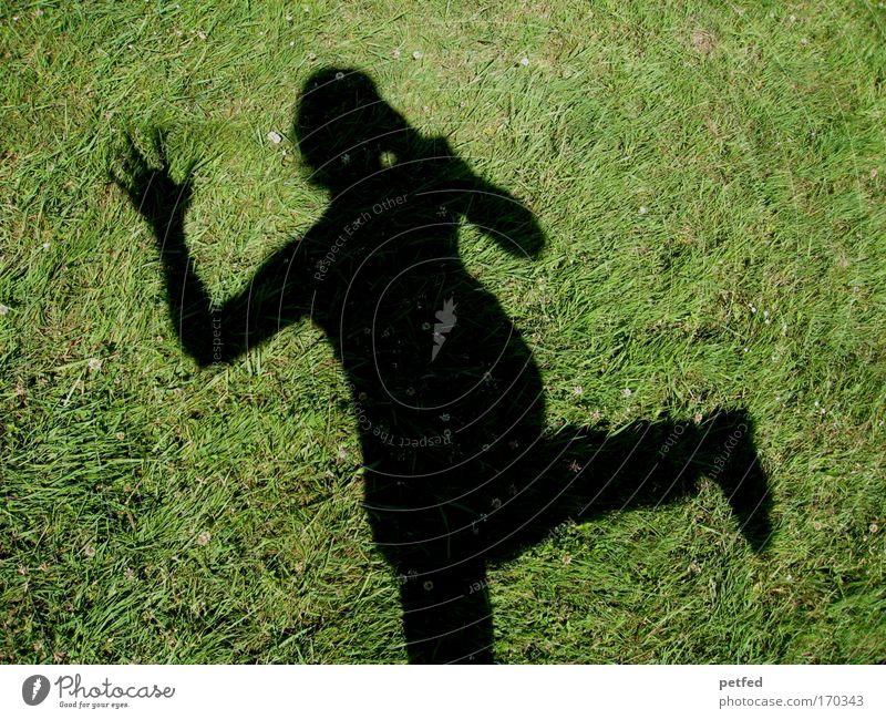 ... Hey ... feminin Frau Erwachsene 1 Mensch Erde Gras sprechen stehen Telefongespräch Coolness Fröhlichkeit winken Farbfoto Außenaufnahme Tag Schatten