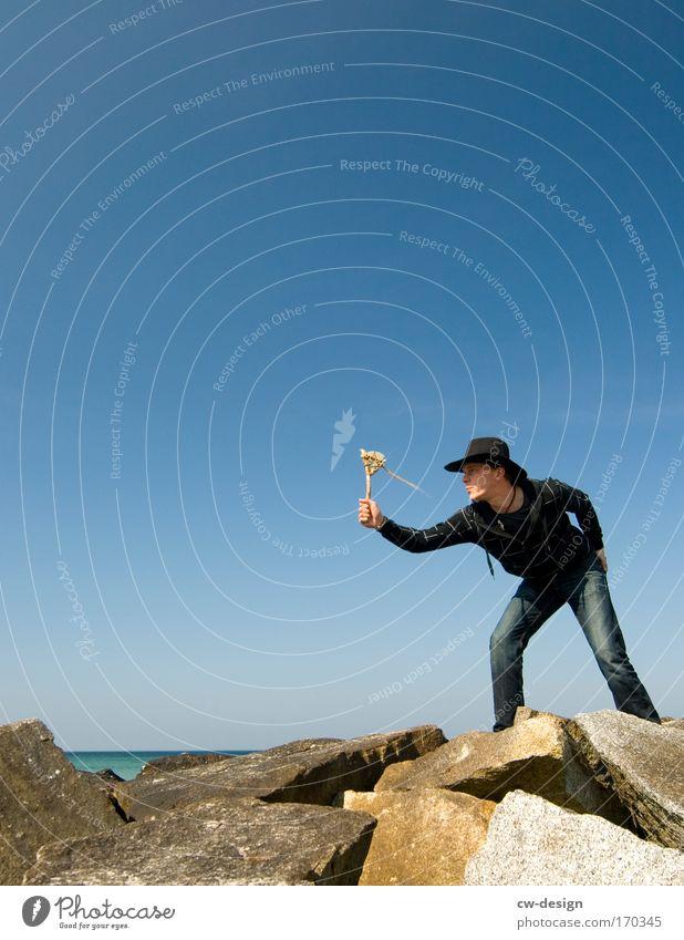 Wir spielen Cowboy und Indianer Mensch Jugendliche Sommer Freude Strand Landschaft Erwachsene Spielen Junger Mann Küste Freiheit 18-30 Jahre Felsen