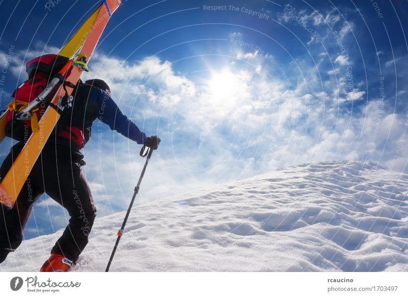 Skibergsteiger, der oben entlang eine steile schneebedeckte Kante geht Mensch Himmel Ferien & Urlaub & Reisen Mann blau weiß Einsamkeit Wolken Winter