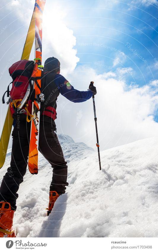 Mensch Himmel Ferien & Urlaub & Reisen Mann blau weiß Einsamkeit Wolken Winter Berge u. Gebirge Erwachsene Sport Schnee Junge wandern Kraft