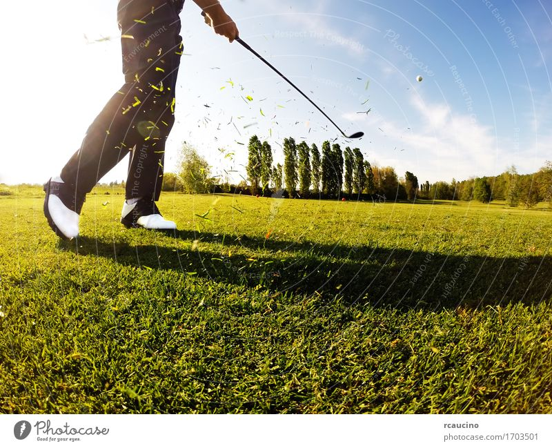 Golfspieler führt einen Golfschuß vom Fahrrinne durch Lifestyle Erholung Freizeit & Hobby Spielen Ferien & Urlaub & Reisen Tourismus Sommer Club Disco Sport