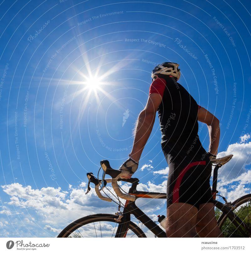 Straßenradfahrer, der auf seinem Fahrrad stillsteht Mensch Himmel Natur Ferien & Urlaub & Reisen Mann Sommer Sonne Erholung rot Einsamkeit Freude schwarz
