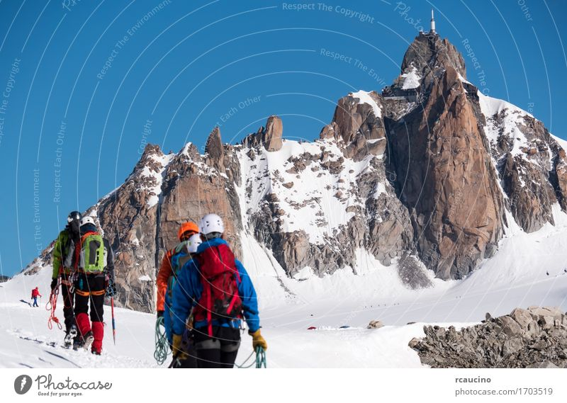 Nadel des Midi und Bergsteiger. Mont Blanc Chamonix, Frankreich Ferien & Urlaub & Reisen Tourismus Abenteuer Expedition Winter Schnee Berge u. Gebirge wandern