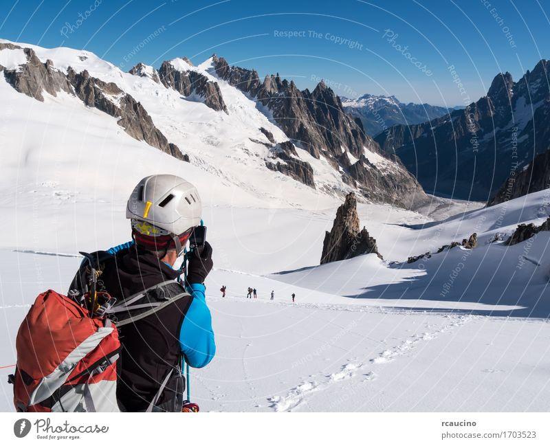 Bergsteiger, der Foto mit einer Kamera macht. Mont-Blanc-Gletscher Mensch Himmel Natur Ferien & Urlaub & Reisen Mann blau weiß Landschaft Berge u. Gebirge