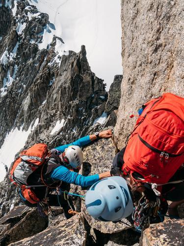 Kletterer erreichen die Spitze eines Berggipfels. Mont Blanc, Chamonix Mensch Frau Natur Ferien & Urlaub & Reisen Mann schön Landschaft Mädchen Winter
