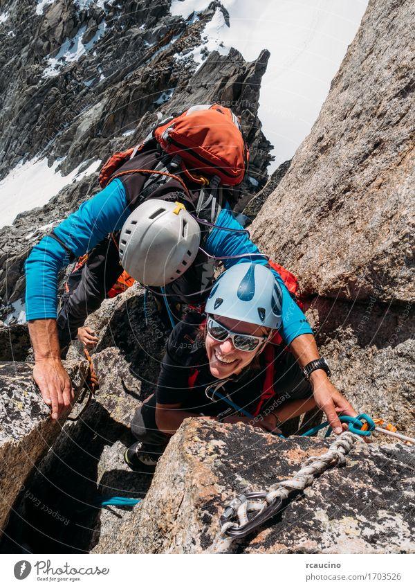 weiblicher Bergsteiger an der Spitze des Berggipfels Lifestyle Freude Glück schön Ferien & Urlaub & Reisen Abenteuer Freiheit Expedition Winter Schnee