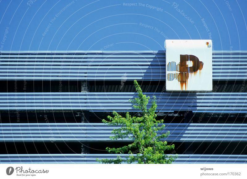 Dauerparker Farbfoto Außenaufnahme Textfreiraum oben Tag Sonnenlicht Totale Baum Stadt Menschenleer Parkhaus Gebäude Mauer Wand Fassade Autofahren Stahl Rost
