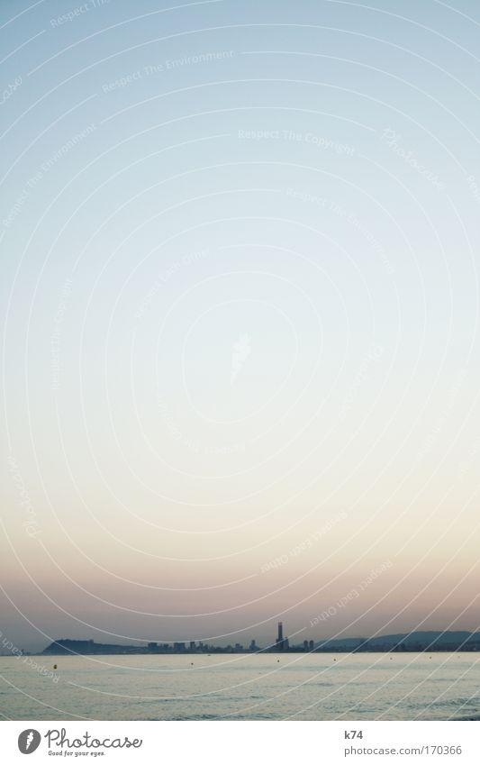 Barcelona Farbfoto Außenaufnahme Textfreiraum oben Textfreiraum Mitte Abend Dämmerung Sonnenaufgang Sonnenuntergang Himmel Wolkenloser Himmel Sommer Küste Meer