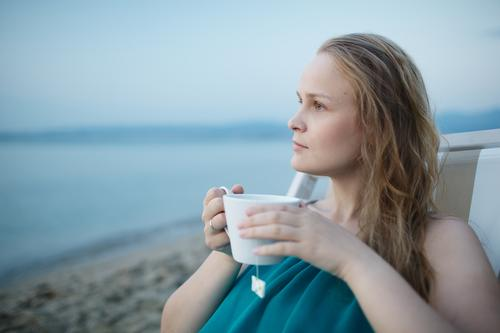 Mensch Frau Ferien & Urlaub & Reisen Jugendliche blau Sommer schön Junge Frau Meer Erholung ruhig Mädchen Strand 18-30 Jahre Erwachsene Küste