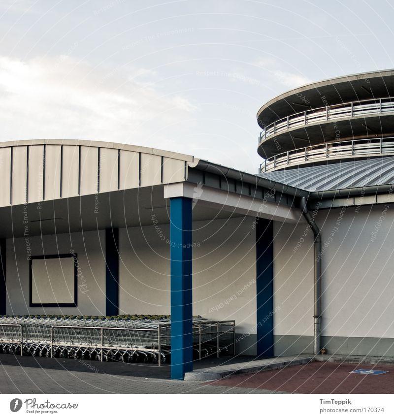 Einkaufsparadies Textfreiraum oben Stadtrand Fußgängerzone Haus Parkhaus Gebäude Einkaufszentrum Einkaufswagen Mauer Wand Supermarkt kalt trist
