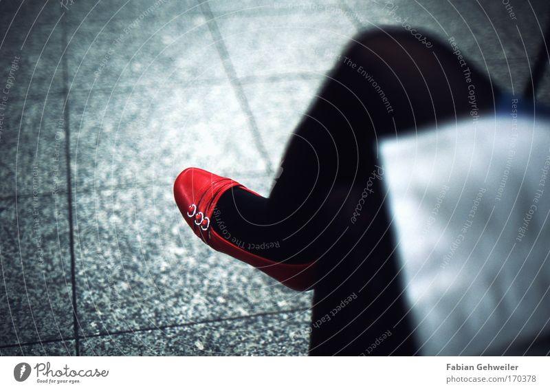 red hot II Mensch Ferien & Urlaub & Reisen blau rot schwarz feminin Beine Fuß ästhetisch sitzen Schuhe warten dünn Partner Bahnhof seriös