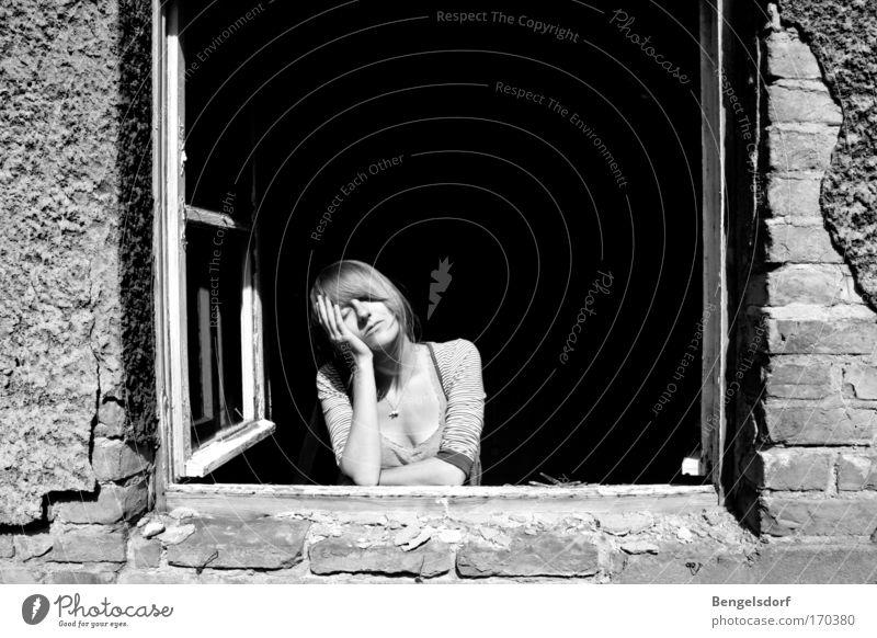 Minne Mensch Jugendliche weiß Gesicht ruhig schwarz feminin Gefühle Fenster träumen Gebäude Stimmung warten Erwachsene 18-30 Jahre