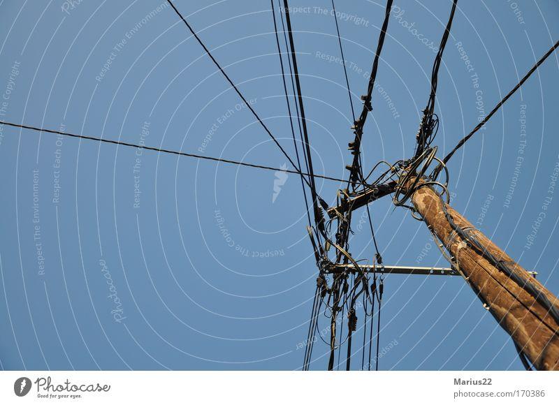 Strommast Farbfoto Gedeckte Farben Außenaufnahme Detailaufnahme Menschenleer Textfreiraum links Textfreiraum unten Hintergrund neutral Energiewirtschaft