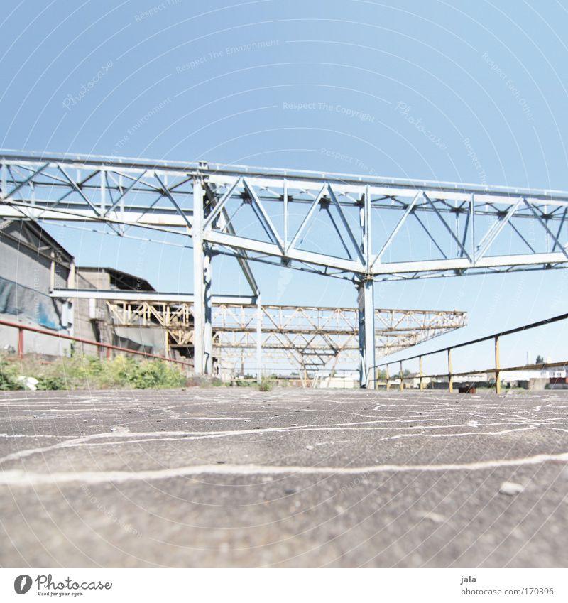 [PC-Usertreff Ffm]: riverside walk Himmel blau grau Gebäude hell Beton Platz Boden Bauwerk Fabrik Stahl Schönes Wetter Frankfurt am Main Konstruktion Industrieanlage hell-blau
