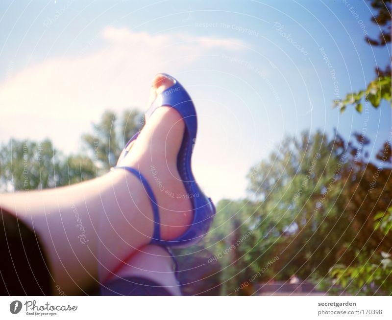 ich denke, ich nehme den fuchsiafarbenen nagellack. Himmel blau grün schön Baum Sommer Erholung Garten Stil Beine Fuß Park Schuhe elegant glänzend sitzen