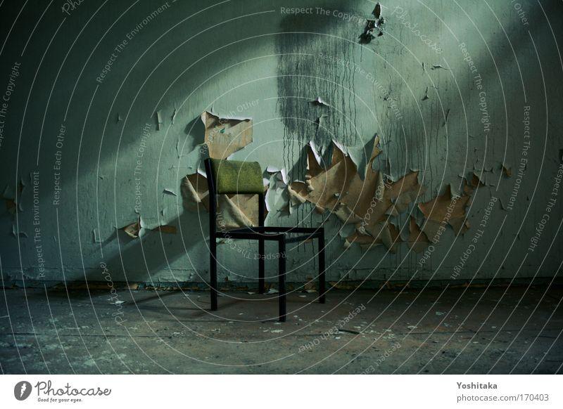 Adieu, mein Freund alt Einsamkeit dunkel Tod Raum dreckig Trauer Stuhl Häusliches Leben einzigartig gruselig Verfall Denkmal Vergangenheit Ruine Renovieren
