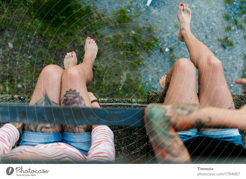 einfach mal Beine baumeln lassen Stil Freude Junge Frau Jugendliche Geschwister Schwester Leben Fuß 2 Mensch 18-30 Jahre Erwachsene sitzen ästhetisch schön