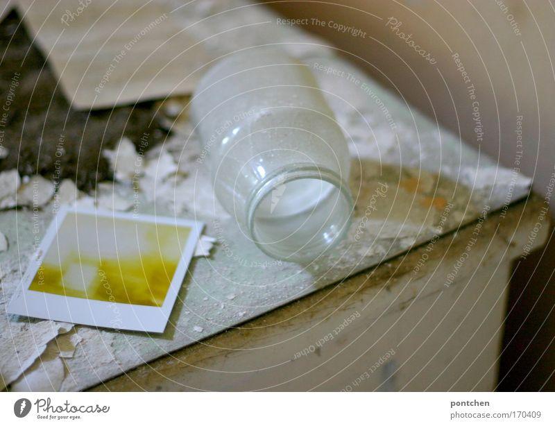 Chaos, Verfall. Glasbehälter und polaroidphoto liegen auf einer alten, kaputten Kommode. Dreck und Schmutz. Lost place Farbfoto Innenaufnahme Tag Holz dreckig