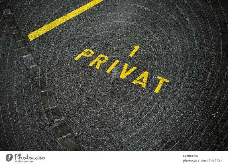 Privatparkplatz Stadt Haus gelb Linie Verkehr Schriftzeichen Schilder & Markierungen Zeichen Ziffern & Zahlen Umzug (Wohnungswechsel) Stadtzentrum Reichtum